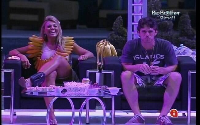 João Maurício assiste peça teatral junto de Fabiana