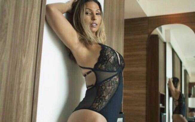Valesca Popozuda posa de lingerie preta de renda, exibe sorriso maroto, ostenta corpão e recebe enxurrada de elogios de internautas. Cantora está divulgando seu novo hit