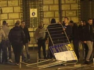 Os hooligans e os agentes entraram em confronto na Praça da Espanha