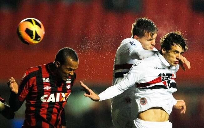 Rodrigo Caio sobe com Rafael Toloi e desvia  de cabeça para fazer o gol do São Paulo
