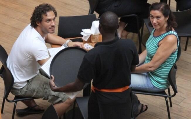 Lília Cabral e Paulo Rocha tomam café em shopping do Rio de Janeiro