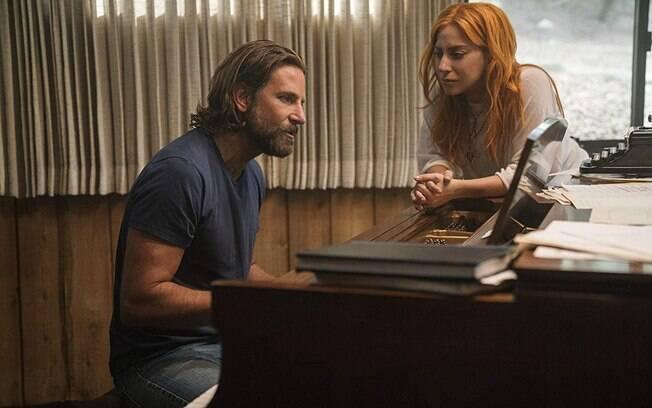 Bradley Cooper ao lado de Lady Gaga em