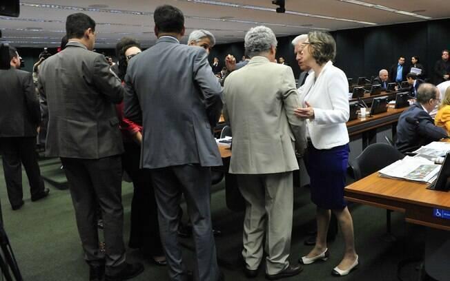 Reunião da CCJ nesta quarta-feira durou mais de seis horas e foi palco de diversos protestos