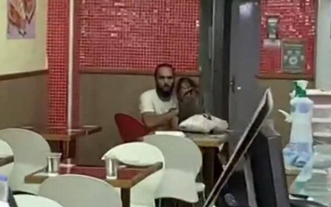 O homem e a mulher mantida como refém estão no fundo da loja
