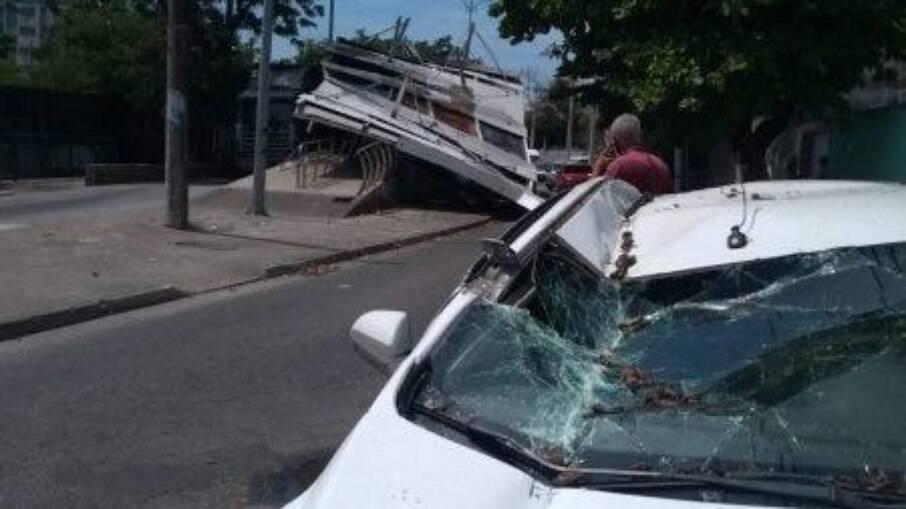 Motorista de aplicativo passa no momento do acidente e tem seu carro atingido