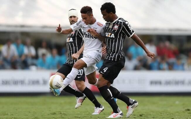 Gil disputa a bola com Neymar, durante a  final deste domingo, na Vila Belmiro