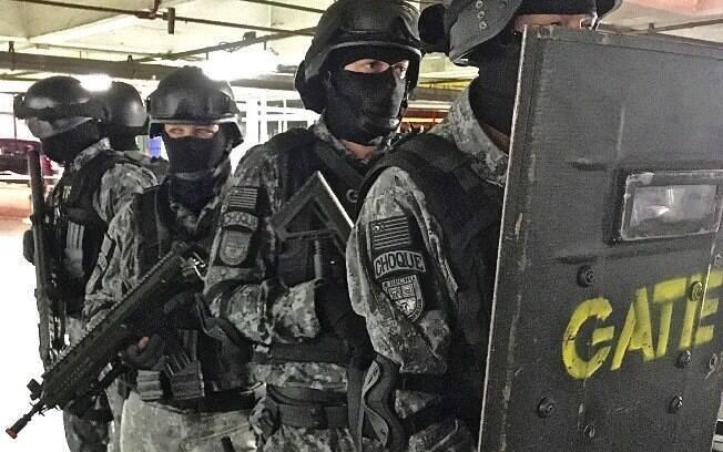 Típica Unidade de Invasão Tática composta por 5 Policiais do GATE. Cada PM possui um papel distinto no momento da invasão; treinados a exaustão