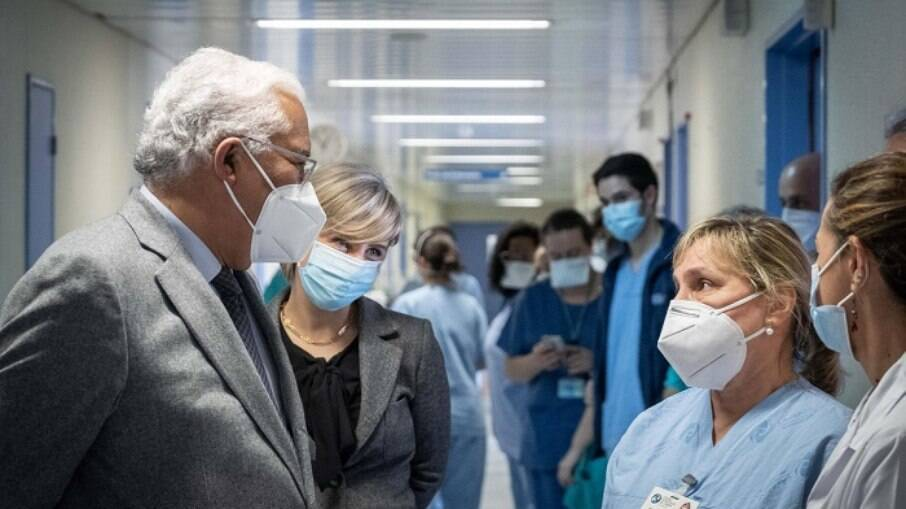 Primeiro-ministro de Portugal, António Costa, em visita a hospital