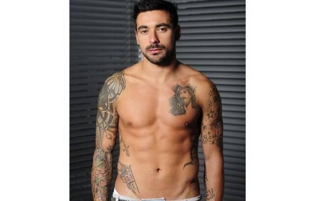 Argentino Lavezzi também tem uma arma tatuada. A dele é na cintura