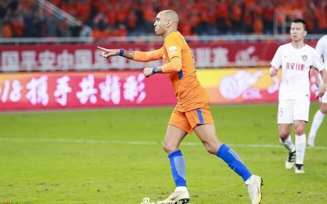 Diego Tardelli comandou Shandong Luneng em vitória sobre time de Alexandre Pato