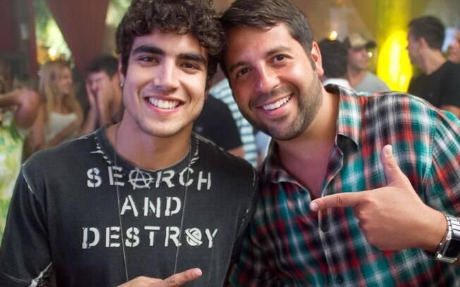 Caio Castro posa ao lado do promoter Rafael Cuia
