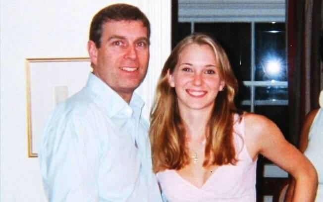 Príncipe Andrew com Virgina Roberts Giuffre em 2001