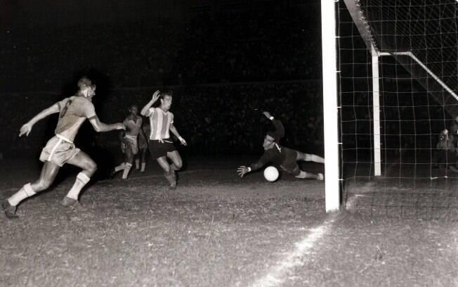 Copa América de 1957, clássico entre Brasil e Argentina. O resultado do jogo foi Argentina 3 x 0 Brasil
