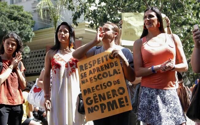 Manifestantes a favor da inclusão das identidades de gênero ao Plano Municipal de Educação (PME), que foi votado em agosto, em frente à Câmara Municipal de São Paulo
