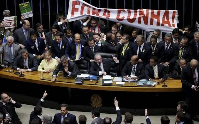 Faixa exige saída de Cunha antes de votação do processo: sessão foi marcada por tumultos