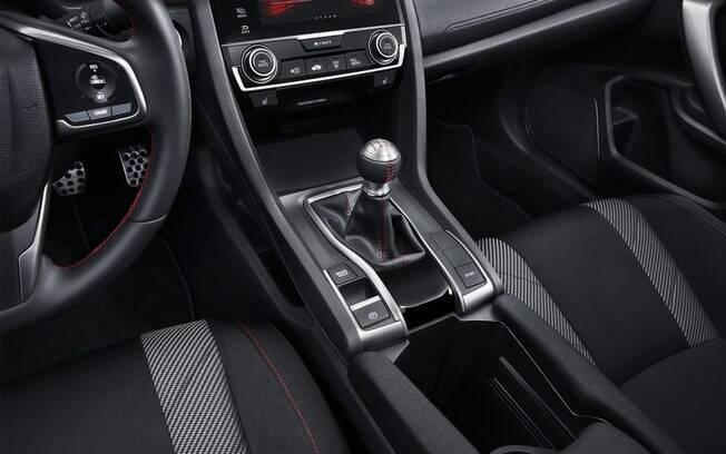 Apertando o botão do lado esquerdo do console central a suspensão fica ainda mais rígida  como principal mudança