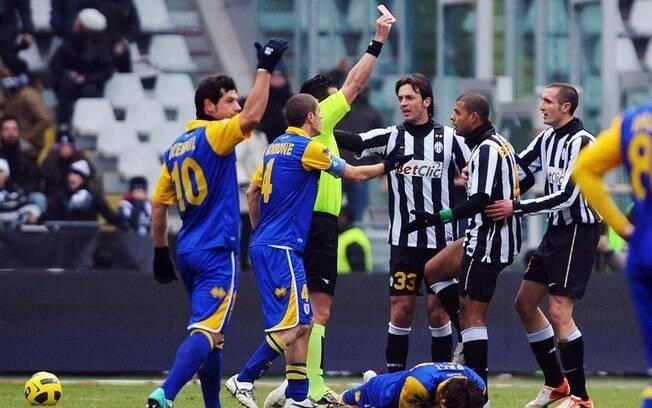Felipe Melo leva cartão vermelho por entrada  violenta no adversário em jogo da Juventus