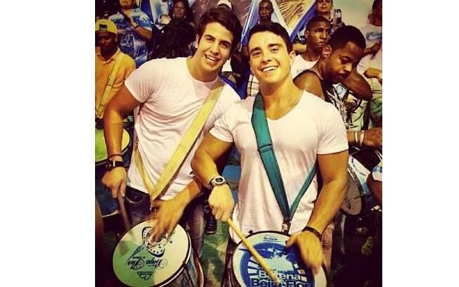 Enzo Motta curte ensaio de bateria da Beija-Flor, no Rio