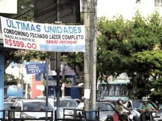 Irregulares. Comerciantes ignoram regras do Código de Posturas de Belo Horizonte e abusam de faixas e cartazes com propaganda