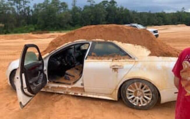 Apesar da quantidade de terra jogada no carro, jovem não ficou ferida