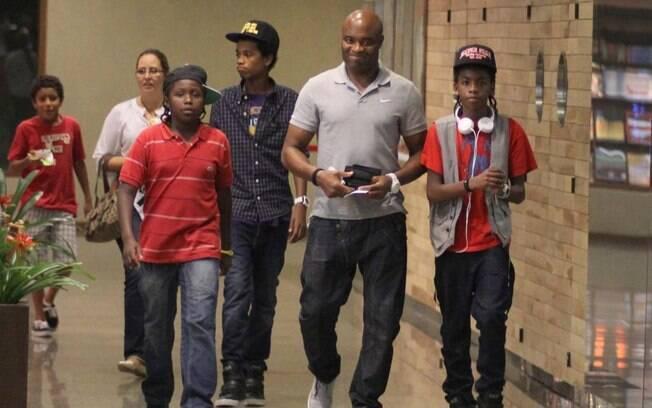 Anderson Silva com a família na noite dessa quinta-feira (12)