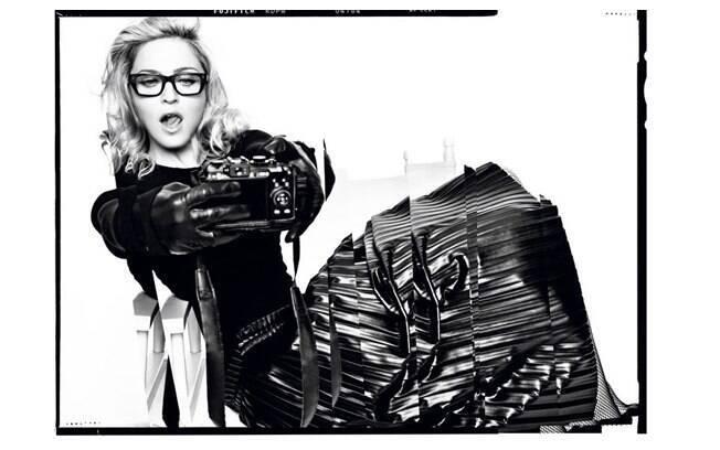 Madonna posou sensual com seus óculos de grau