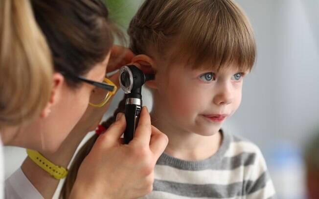 O uso de cotonetes pode agredir a região do ouvido e favorecer infecções%2C como a otite