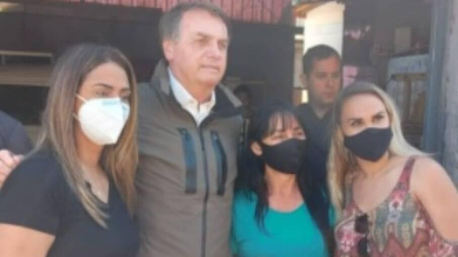 Sem máscara, presidente voltou a causar aglomeração na manhã deste sábado (24)