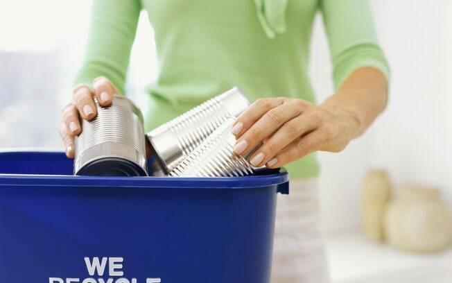 Uma boa saída para reciclar é diminuir o tamanho das garrafas PET e latinhas, amassando-as com as mãos