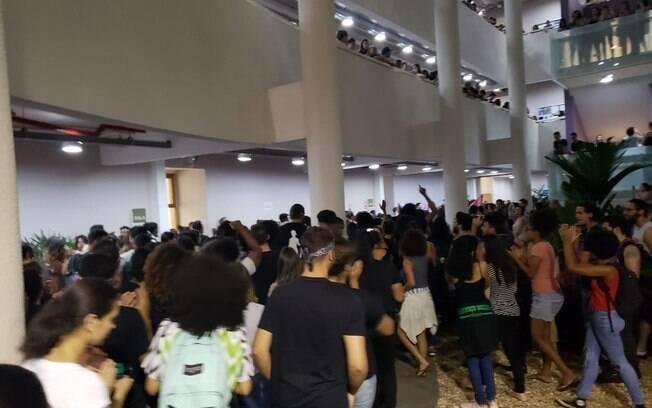 Manifestação de alunos contra racismo na Puc Campinas