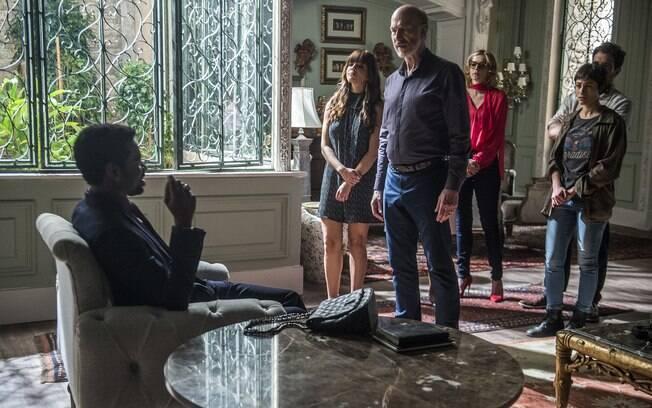 Roberval deixa família Athayde em suas mãos depois de confessar ser o comprador da mansão em que eles moram