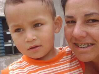 Andreia ao lado do filho saudável