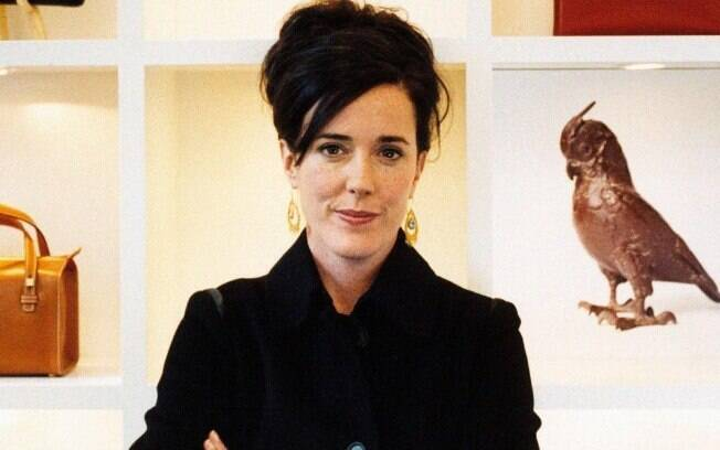 A estilista Kate Spade posa para foto de braços cruzados
