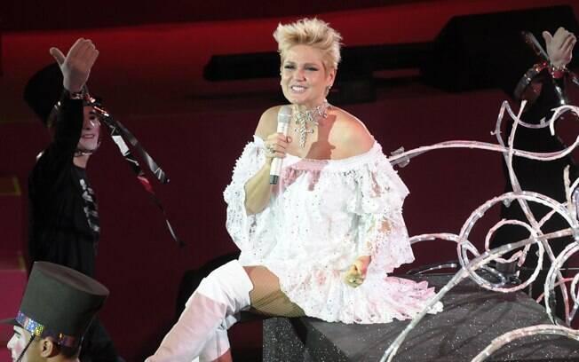 Xuxa entra no palco em um trenó, no show beneficente realizado em São Paulo nesta quinta (22)