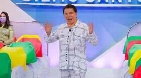 Silvio Santos grava programa vestido de pijama