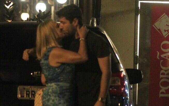 Susana Vieira e Sandro Pedroso aos beijos em porta de churrascaria