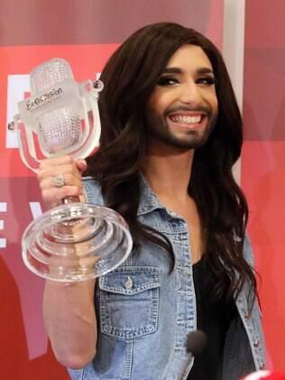 Conchita Wurst e seu troféu conquistado no Eurovision