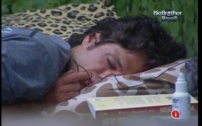 Cansado por ter sido o último a dormir, João Maurício não acorda com o toque de despertar