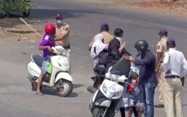 Polícia indiana está batendo em pessoas flagradas desrespeitando a quarentena