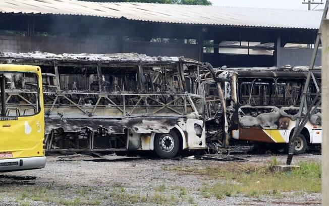 Incêndio na garagem da empresa Rápido Litoral, na zona sul da cidade de São José dos Campos