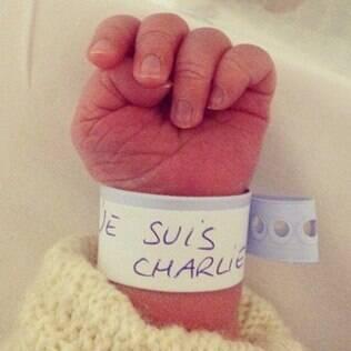A armadilha traz uma imagem de um bebê recém-nascido com uma pulseirinha com a inscrição