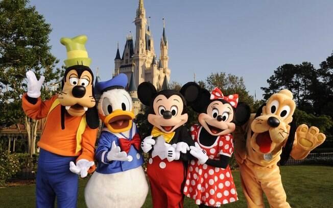 Personagens da Disney com o Castelo da Cinderela ao fundo : exemplo de encantamento para as lojas de carros