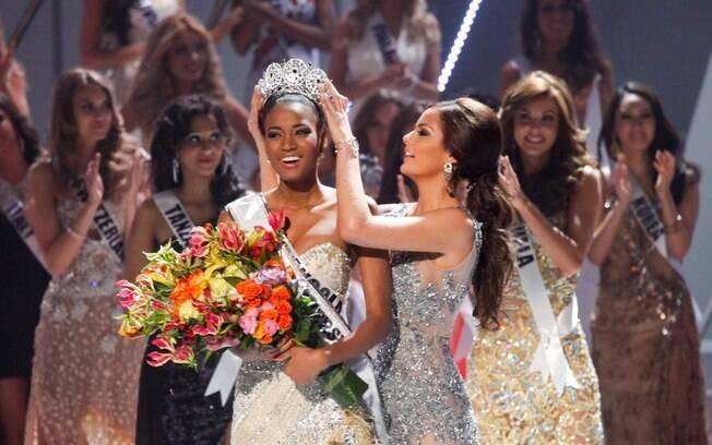 Ximena Navarrette passa a coroa para Leila Lopes