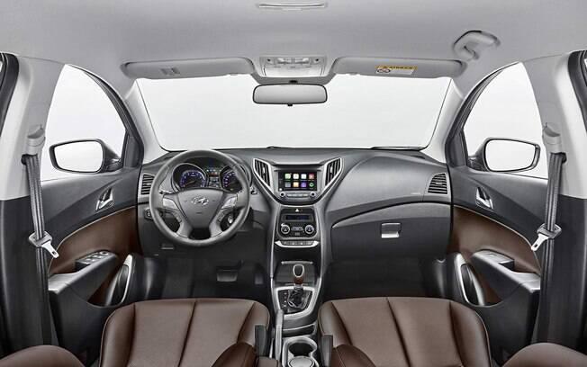 Interior vem com acabamento caprichado que inclui revestimento de couro marrom nos bancos e na alavanca de câmbio