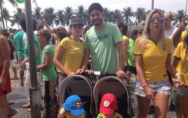Contra o impeachment, o médico Rodrigo Serafim levou os filhos porque