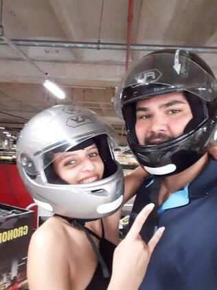 Débora e Eduardo com capacetes de kart