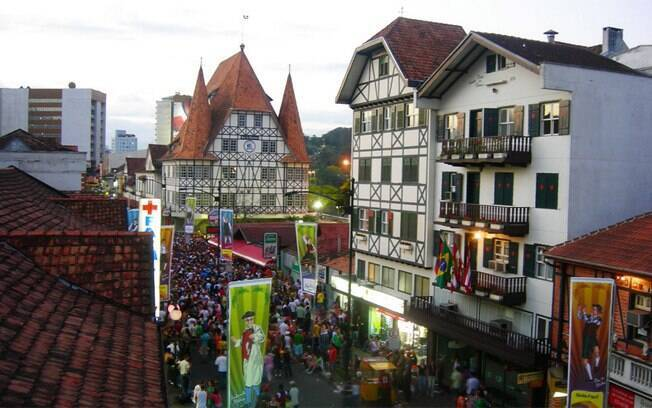 Blumenau abriga anualmente a Oktoberfest, festa que celebra as tradições alemãs