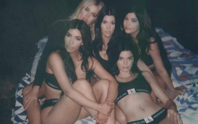 Sensuais, as irmãs Kourtney, Khloé e Kim Kardashian, juntamente com Kylie e Kendall Jenner, posaram de lingerie na web
