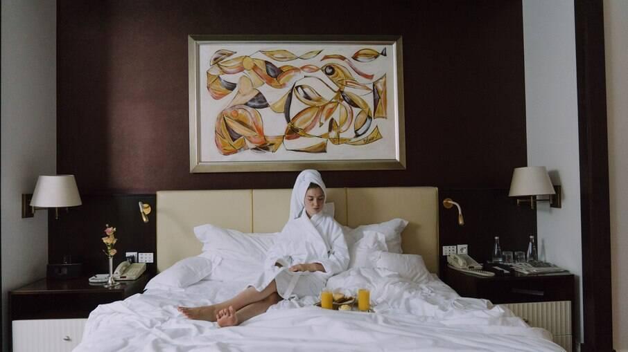 Alternativas cogitadas para modernizar hotéis vão desde robôs esterilizadores até comando de voz para substituir chaves dos quartos