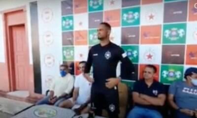 Goleiro Bruno é apresentado e veste camisa de time no Acre